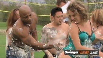 Interracial swingende Ausschweifungen mit weißer Mutter Courtney Taylor und schwarzen Nachbarn